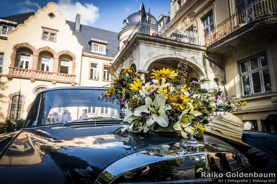 Schloss Beesenstedt Hochzeit Mercedes 230S mit Blumen